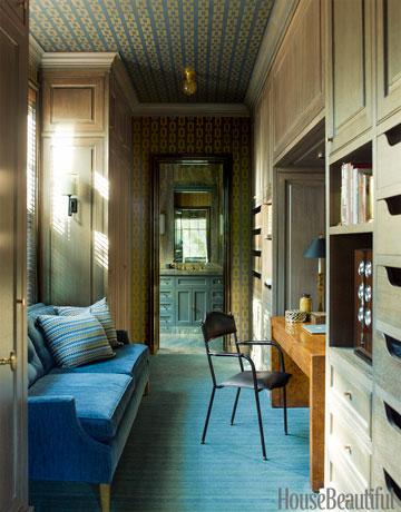 Espaço de trabalho em apartamento pequeno. Desenhado por Steven Gambrel. Foto: HouseBeautiful